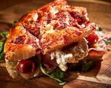 Focaccia barese - Con mozzarella burrata mortadela y crema al pistacho